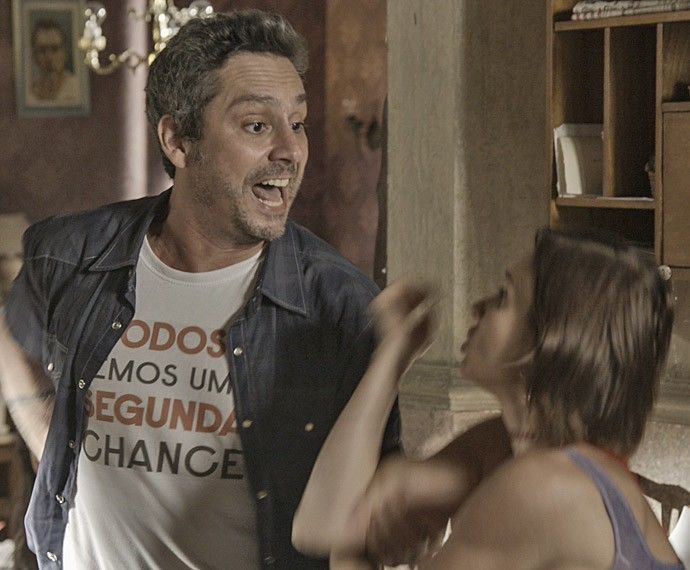 Romero aperta Sueli para achar Atena (Foto: TV Globo)