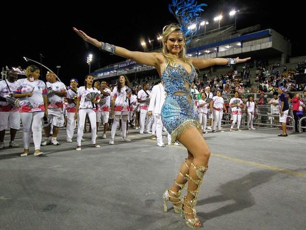 A atriz Ellen Rocche durante ensaio técnico da escola de samba Rosas de Ouro para o Carnaval 2016, realizado no Sambódromo do Anhembi, zona norte de São Paulo, na noite de quinta-feira (21) (Foto: Ale Vianna/Eleven/Estadão Conteúdo)
