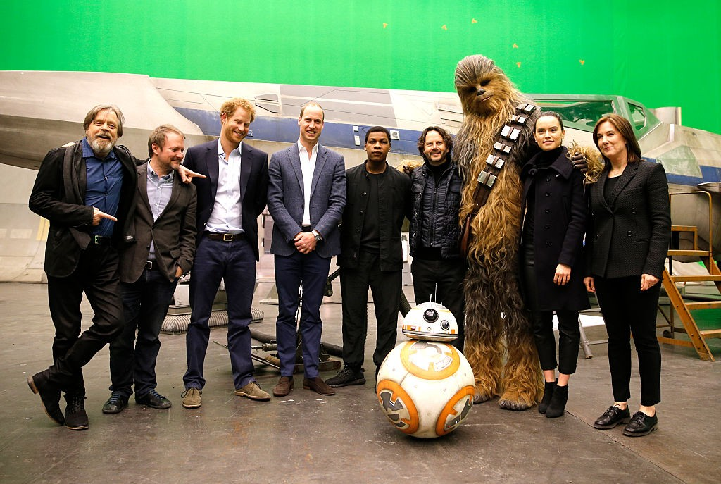 Mark Hamill, Rian Johnson, Príncipe Harry, Príncipe William, John Boyega, Chewbacca, Daisy Ridley  (Foto: Getty Images)