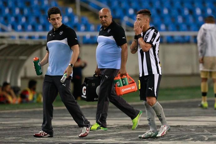 Neilton deixa o campo machucado Botafogo x Atlético-GO (Foto: ROBERTO FILHO/ELEVEN/ESTADÃO CONTEÚDO)