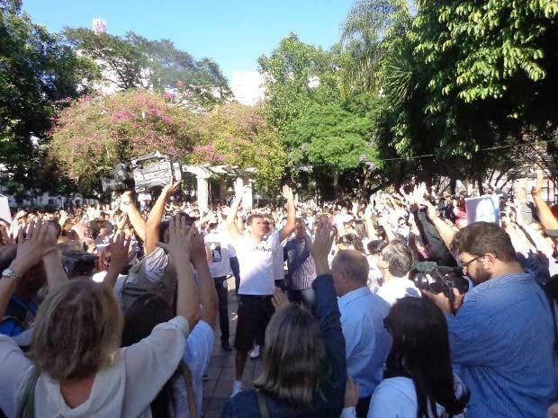 Familiares e amigos rezam Pai Nosso em homenagem às vítimas (Foto: Felipe Truda/G1)