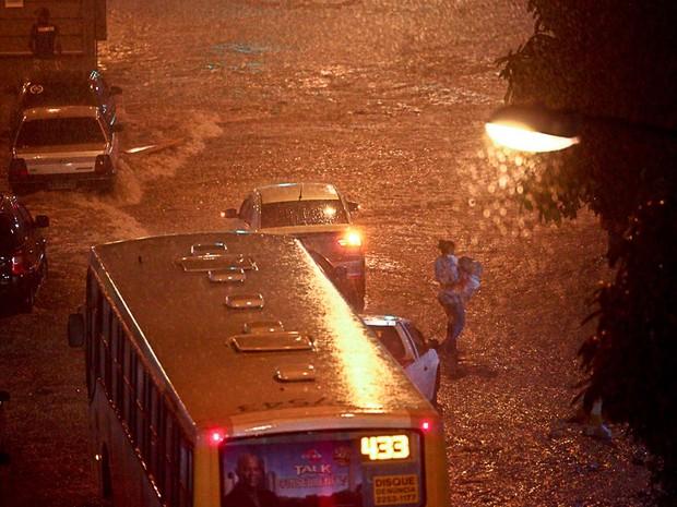 Temporal alagou ruas e deixou moradores ilhados (Foto: Rodrigo Gorosito/ Arquivo pessoal)