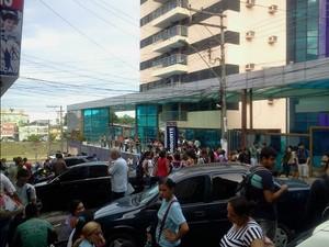 Alunos deixaram a unidade após sentirem forte cheiro de gás (Foto: Silane Souza)