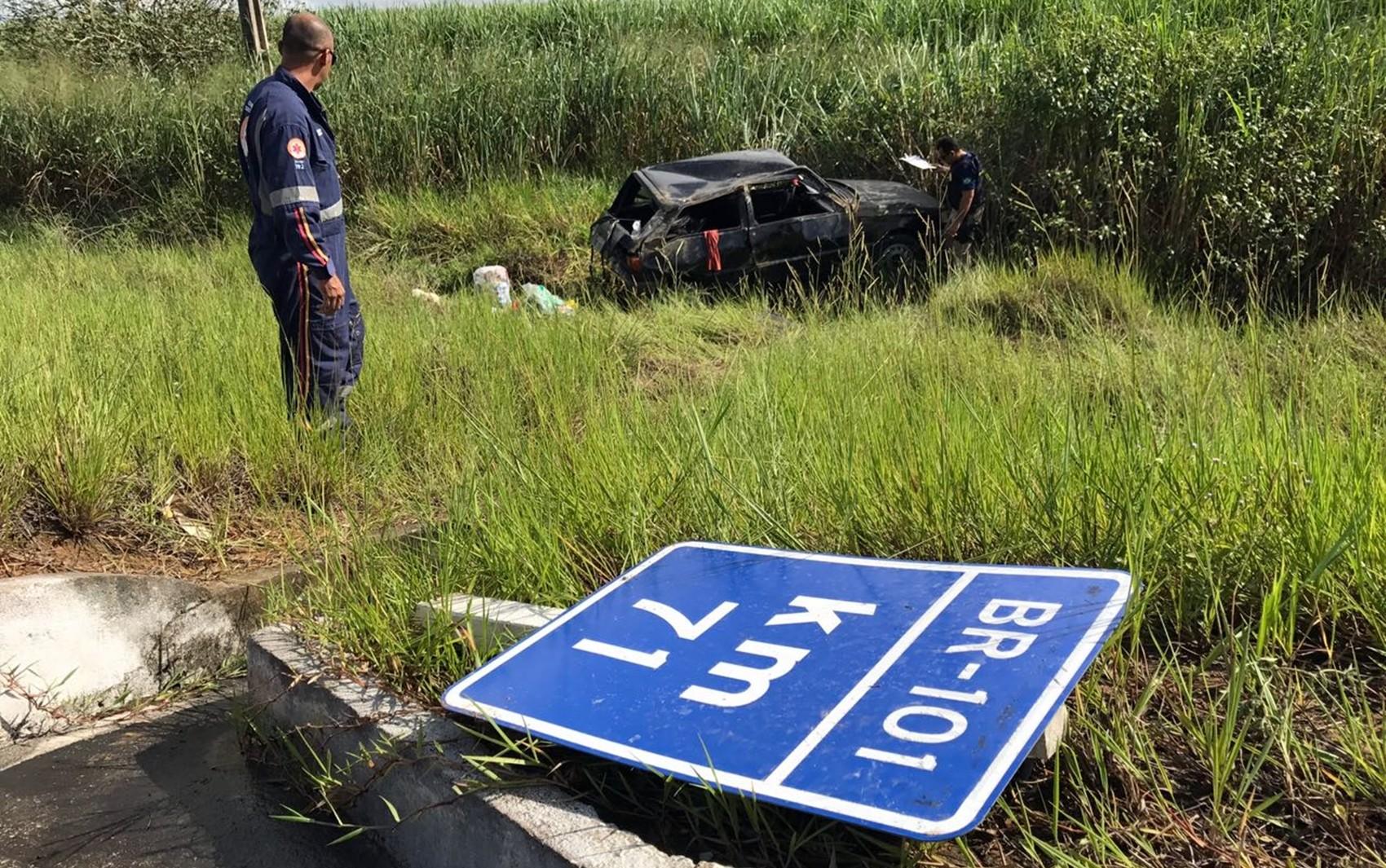 Capotagem deixou uma pessoa ferida em Mamanguape, no Litoral Norte da Paraíba (Foto: Walter Paparazzo/G1)