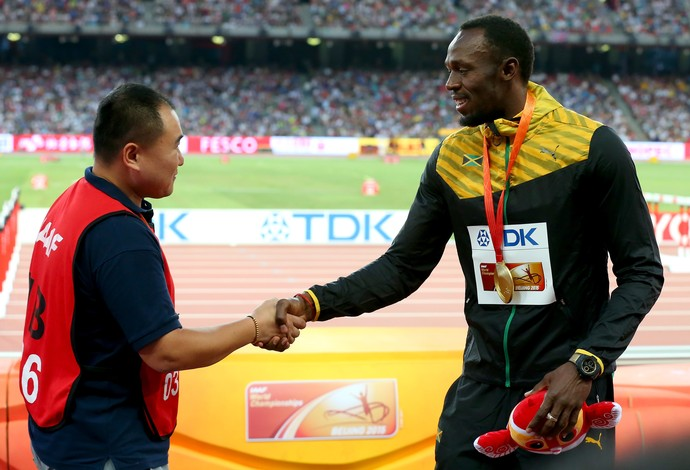 Usain Bolt camera Tao Song acidente atletismo Mundial Pequim (Foto: Getty Images)