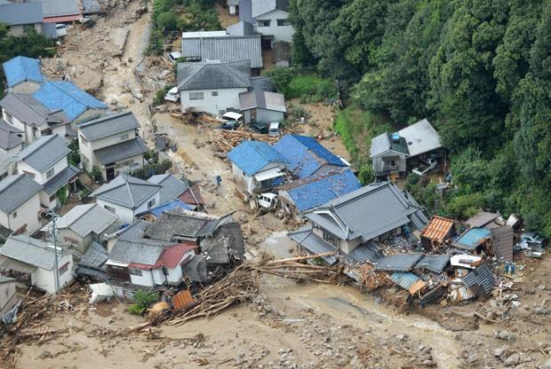 Ao menos 32 pessoas morreram, dentre elas duas crianças e uma idosa (Foto: Shingo Nishizume/Kyodo News/AP)