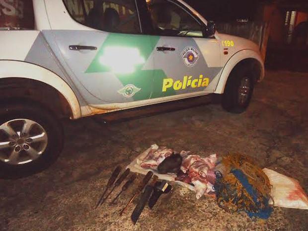 Capivara abatida e instrumentos para a captura do animal foram localizados pela Polícia Ambiental (Fot Divulgação/Polícia Ambiental)