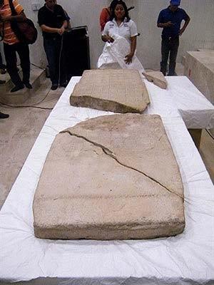 Pedra com calendário maia é exposta em Tabasco, no México, em 2011 (Foto: René Alberto López/AFP Photo)