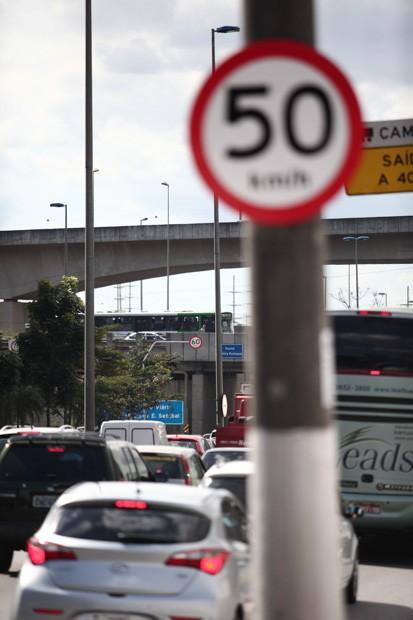 Placas mostram novos limites de velocidade na Marginal Pinheiros e na Marginal Tietê, em São Paulo (Foto: Fábio Tito/G1)