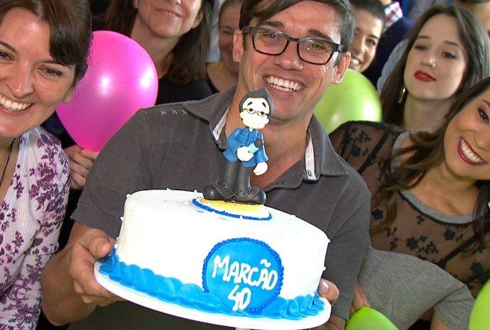 Marcos Paiva ganhou um bolo com um bonequinho bem parecido com ele (Foto: Reprodução / TV TEM)