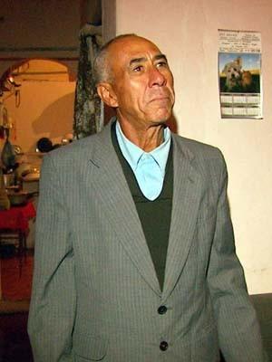 Seu Francisco, todo elegante, sai de terno para varrer as ruas (Foto: Reprodução EPTV)