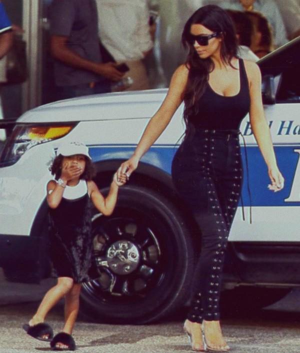 Kim Kardashian passeia com North West pelos Estados Unidos (Foto: Reprodução / Instagram)