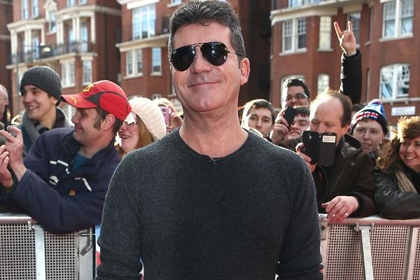 """Simon Cowell foi pedido em casamento por uma fã durante as audições para The X Factor na última temporada. Ela até se ajoelhou, e trouxe um cartaz escrito: """"Case comigo, Simon"""" (Foto: Getty Images)"""