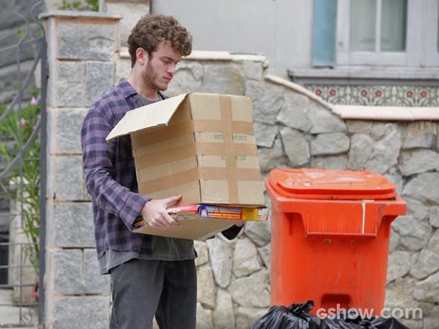 Sidney joga fora as lembanças de Sofia (Foto: Pedro Curi / Tv Globo)