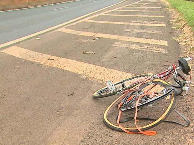 Segundo testemunhas, motorista atropelou ciclista e fugiu sem prestar socorros (Foto: Ronaldo Gomes/EPTV)