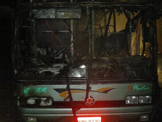 Ônibus ficou totalmente destruído, assim como pertences de romeiros em Campanha (Foto: Alô Aô Cidade)