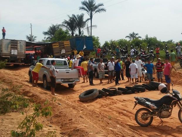 Rodovia que liga o município a outras cidades foi bloqueada com veículos e pneus (Foto: Polícia Militar de Oriximiná/Divulgação)