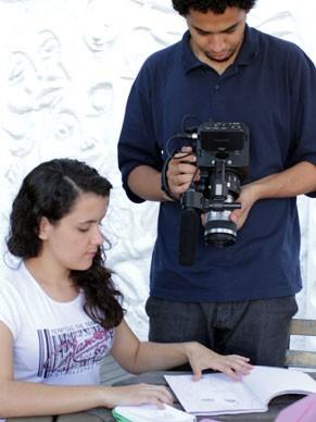 O repórter do Conexão Criança Esperança Romario Regis registra o trabalho de Amanda Nogueira (Foto: Divulgação)