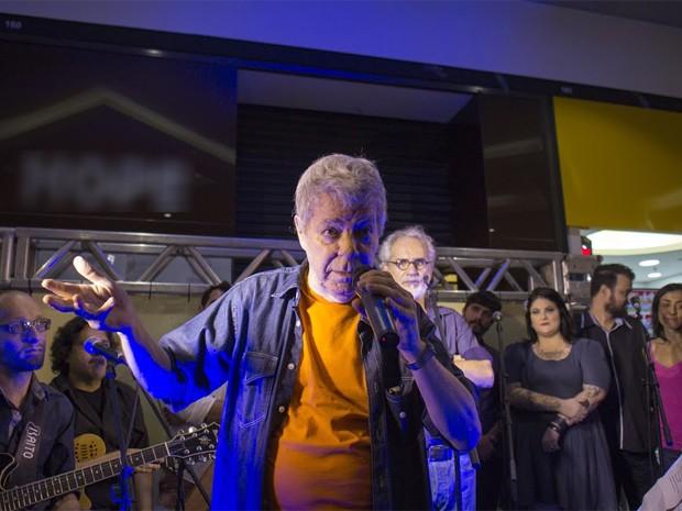 Tony Campello, Renato Teixeira e os artistas do Coletivo Música Taubateana durante pocket show (Foto: Divulgação/ Almanaque Urupês)