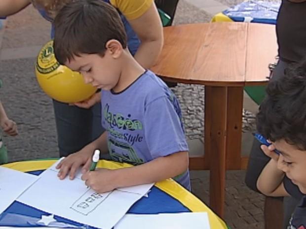 Crianças deixaram mensagens de paz no esporte  (Foto: Reprodução / TV TEM)
