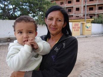 Costureira Maria Alves mora em frente a posto superlotado. (Foto: Luna Markman/ G1)