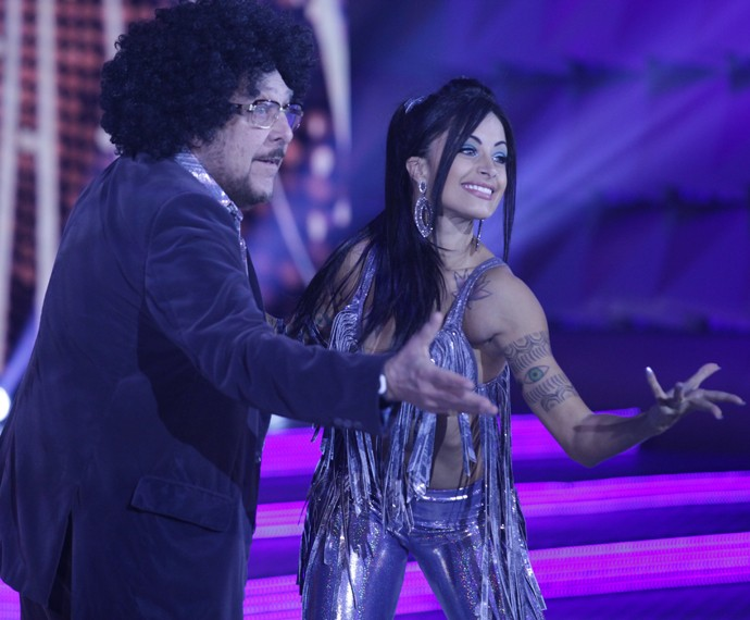 Miele dançou de black power no 'Domingão' com Aline Riscado (Foto: Pedro Curi / Gshow)