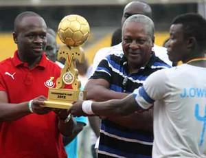 Presidente de Gana, John Mahama, troféu e capitão do Chelsea, Owusu Jackson (Foto: Reprodução / Site Oficial)