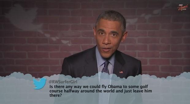 """O presidente dos Estados Unidosx, Barack Obama, participou na noite desta quinta-feira (12) do programa """"Jimmy Kimmel Live"""", da emissora ABC, no qual leu mensagens publicadas no Twitter por internautas que o criticavam (Foto: Reprodução/YouTube/Jimmy Kimmel Live)"""