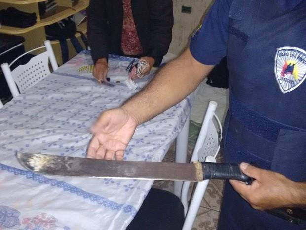 Homem estava armado com facão e ameaçava a família em Sorocaba (SP) (Foto: Guarda Municipal de Sorocaba)
