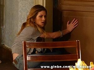 Sofia fica uma fera com o banheiro lotado (Foto: Malhação / TV Globo)
