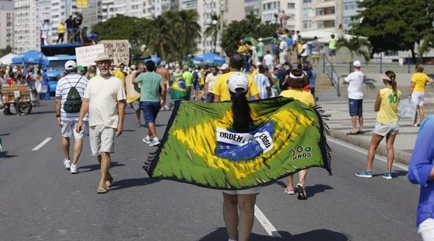 Manifestantes em Copacabana neste domingo, 12 de abril (Foto:  Domingos Peixoto / agência o Globo)