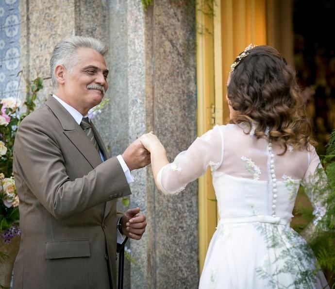 Severo recebe a filha na porta da igreja (Foto: Isabella Pinheiro/Gshow)