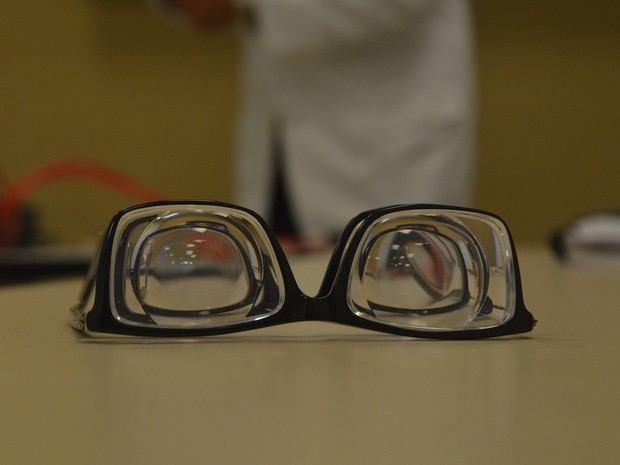 Aparelho combina lentes para aumentar a quantidade de informação registrada pela retina das pessoas com visão tubular (Foto: Diogo Almeida/G1)