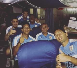 Cum Suárez ao fundo, Polenta comemora liderança do Uruguai nas Eliminatórias (Foto: Reprodução Instagram)
