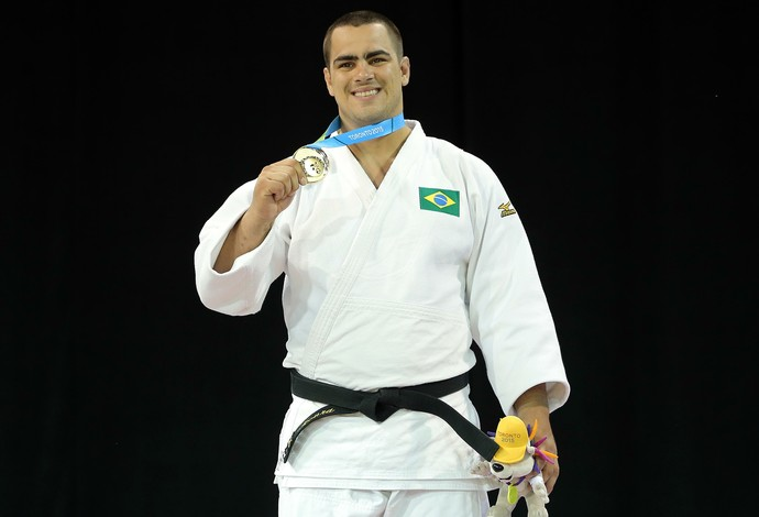 David Moura vibra no pódio com sua medalha de ouro no Pan (Foto: Matt Detrich/Reuters)