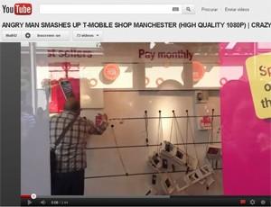 Vídeo mostra homem destruindo loja da T-Mobile (Foto: Reprodução)
