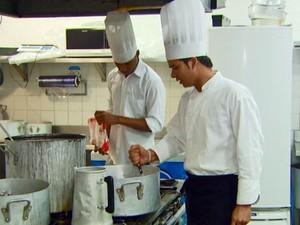 Há vaga para cozinheiro no Sine-Porto Velho (Foto: Reprodução / EPTV)