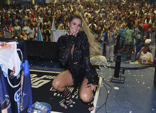 Madrinha de bateria presente, Lívia Andrade faz questão de participar dos ensaios da Império de Casa Verde (Foto: Leo Franco/AgNews)