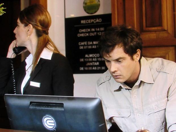 O médium invade a recepção em busca de informações sobre Laura (Foto: TV Globo)