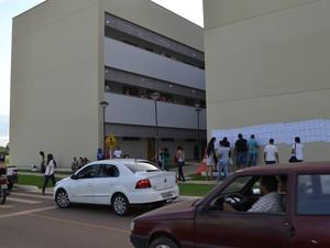 Inscritos chegam ao campus da UFT para concurso (Foto: Bianca Zanella/Dicom UFT)
