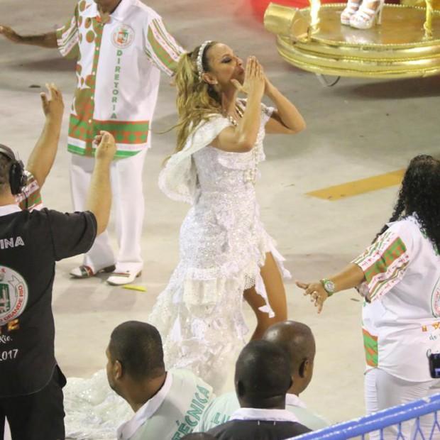 Ivete Sangalo veste terceiro look e joga beijos ao público da Sapucaí (Foto: AgNews)