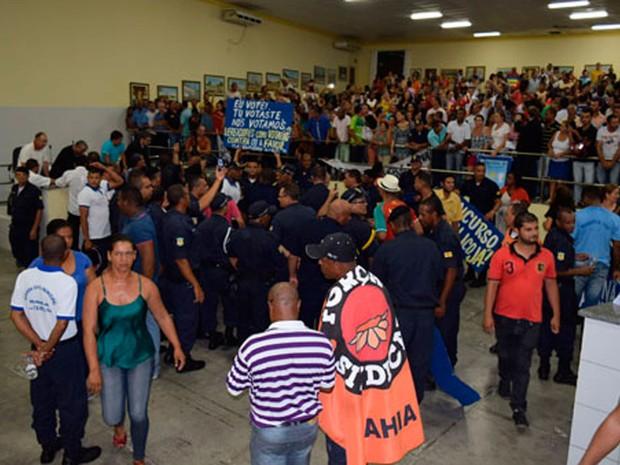 Projetos foram votados sob protestos na segunda-feira (6), em Brumado (Foto: Lay Amorim/ Brumado Notícias)
