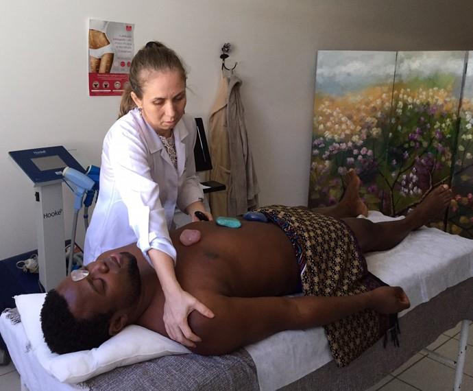 Érico Brás faz tratamento com pedras quentes (Foto: Arquivo Pessoal)