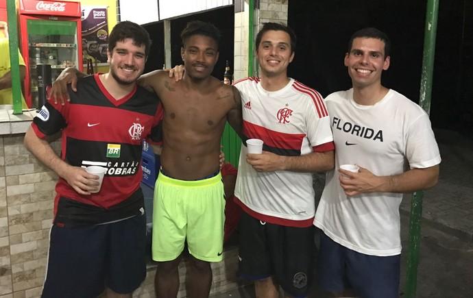 Vitinho e torcedores do Flamengo (Foto: GloboEsporte.com)