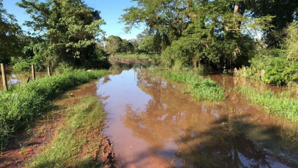 Estradas da zona rural de Nioaque ficaram praticamente intransitáveis devido ao excesso de chuvas (Foto: Prefeitura de Nioaque/Divulgação)