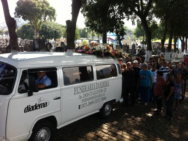 Cortejo de Angelina no Cemitério de Inhaúma (Foto: Rodrigo Vianna/G1)
