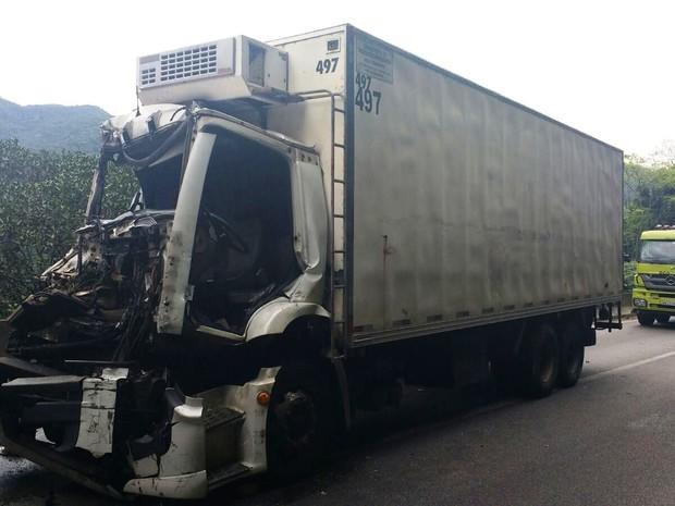 Pelo menos duas pessoas ficaram feridas após acidente (Foto: Roberto Strauss/G1)