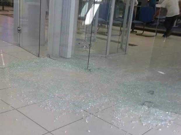 Vidraça na entrada do banco foi destruída por tiros disparados pelos assaltantes (Foto: Arquivo pessoal)
