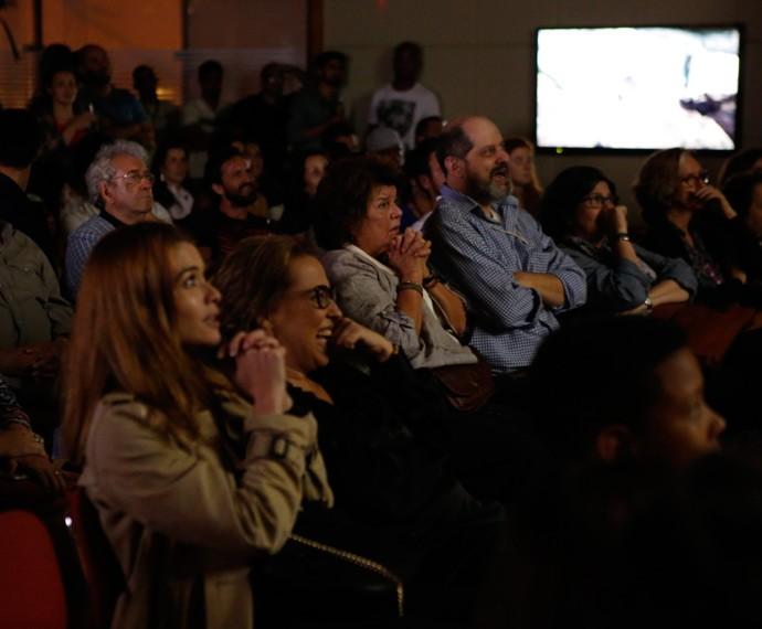 Elizabeth Jhin não escondeu a emoção diante de cena tensa! (Foto: Ellen Soares/Gshow)
