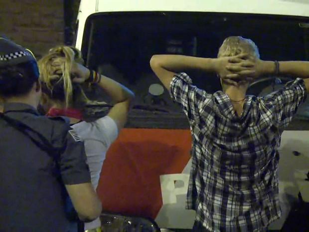 Manifestantes são detidos pela Polícia Militar depois de ato na Avenida Nove de Julho na noite desta terça-feira (Foto: Reprodução/TV Globo)